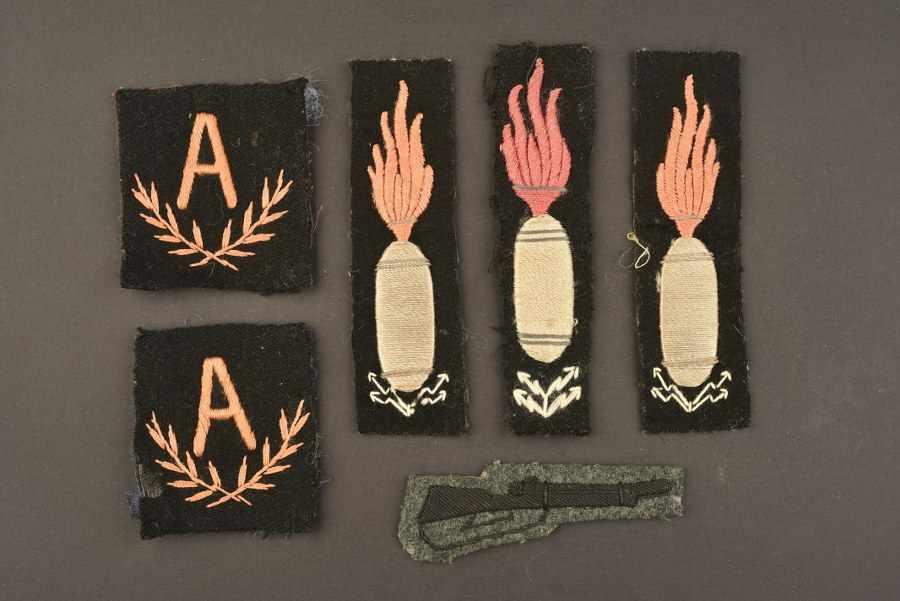 Ensemble de 6 insignes de l'armée italienne dont trois modèles en fils tissés d'argent. A noter