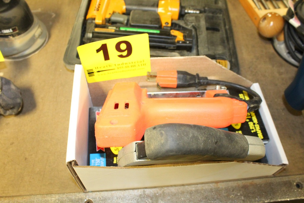 Lot 19 - ARROW MODEL ETF50-BN ELECTRIC AND BLACK & DECKER POWER SHOT STAPLE GUNS AND SUPPLIES IN BOX