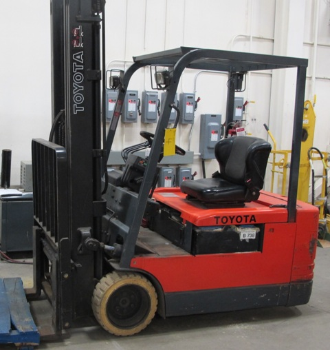 """Lot 4 - TOYOTA ELECTRIC FORKTRUCK 5FBE20, 3 SOLID WHEELS, 36 VOLT, SIDE SHIFT, 3 STAGE, 217"""" LIFT, 5500 LB"""