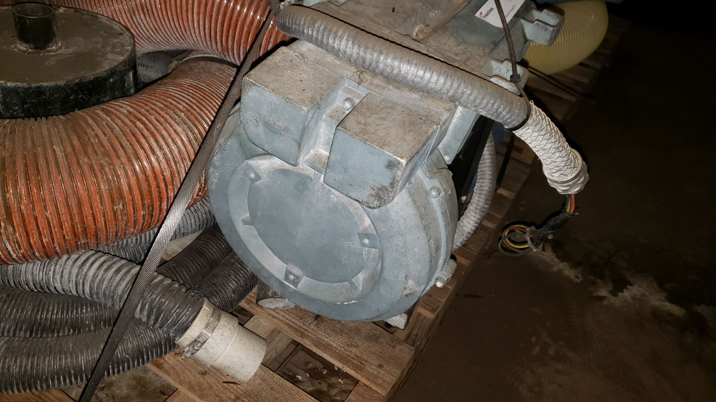 Lot 141 - Vacuum Loader with pump