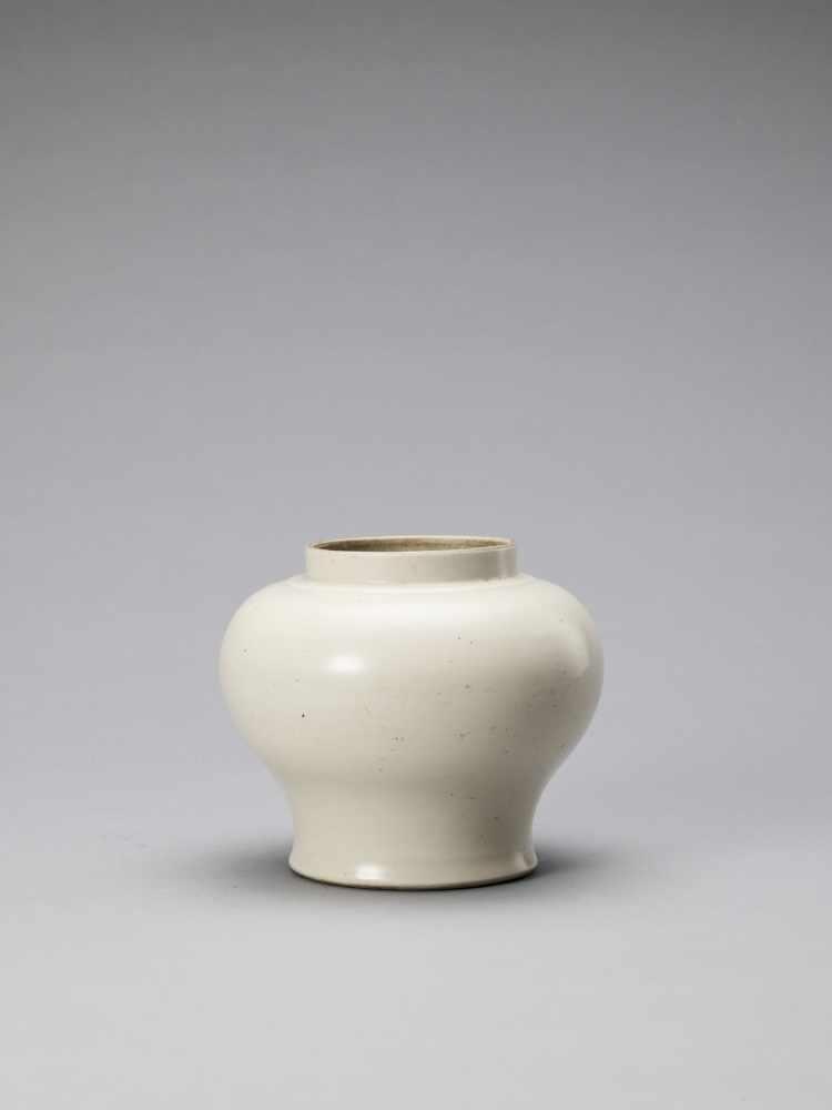 A WHITE GLAZED DEHUA PORCELAIN JAR, MING