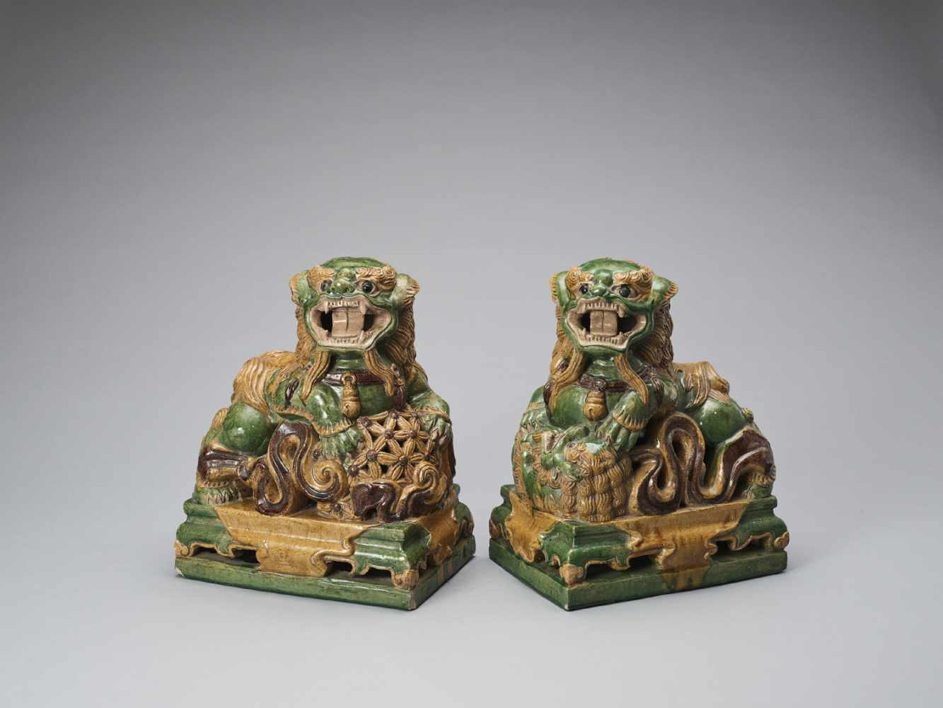 A PAIR OF RETICULATED SANCAI GLAZED POTTERY BUDDHIST LIONS, LATE MING TO EARLIER QING - Bild 2 aus 8