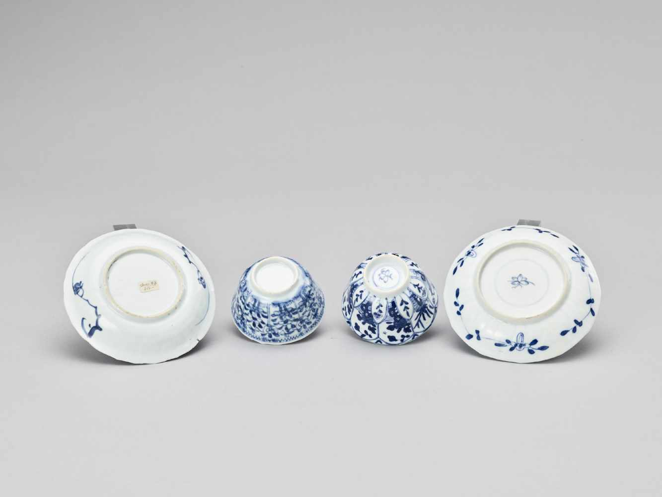 A PAIR OF BLUE AND WHITE PORCELAIN CUPS WITH MATCHING PLATES, KANGXI - Bild 6 aus 9