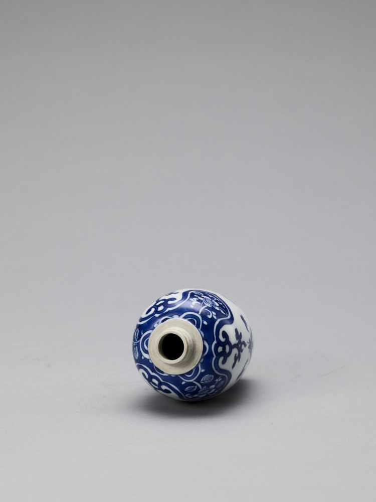 A BLUE AND WHITE PORCELAIN BALUSTER VASE, KANGXI - Bild 5 aus 6