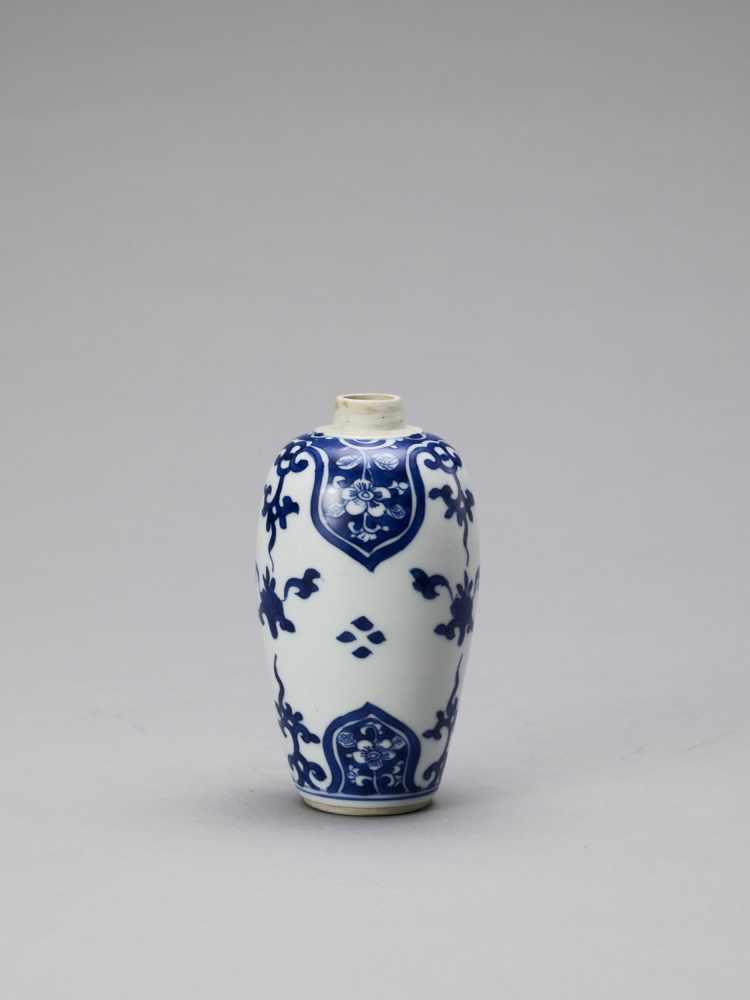 A BLUE AND WHITE PORCELAIN BALUSTER VASE, KANGXI - Bild 2 aus 6