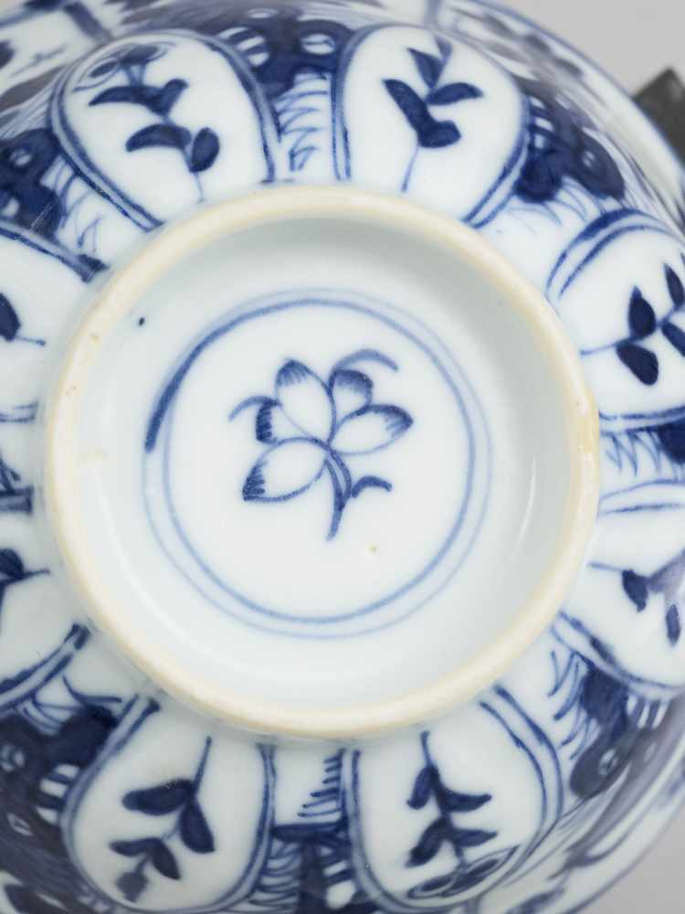 A PAIR OF BLUE AND WHITE PORCELAIN CUPS WITH MATCHING PLATES, KANGXI - Bild 8 aus 9