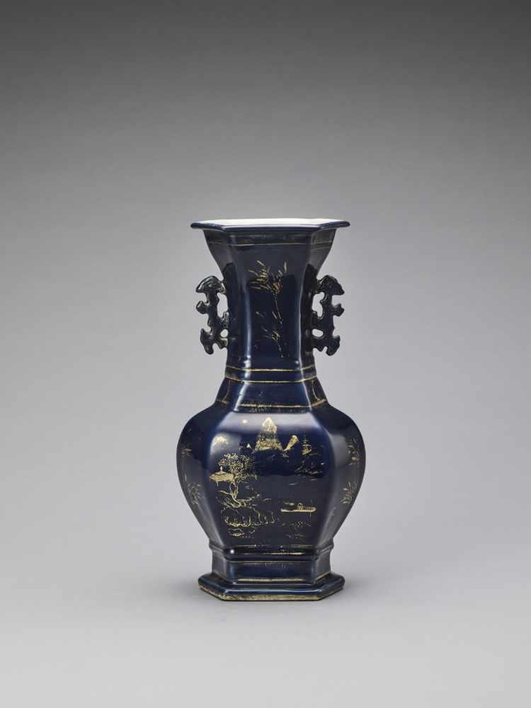 A GILT-DECORATED POWDER-BLUE GLAZED BALUSTER VASE, KANGXI - Bild 3 aus 7