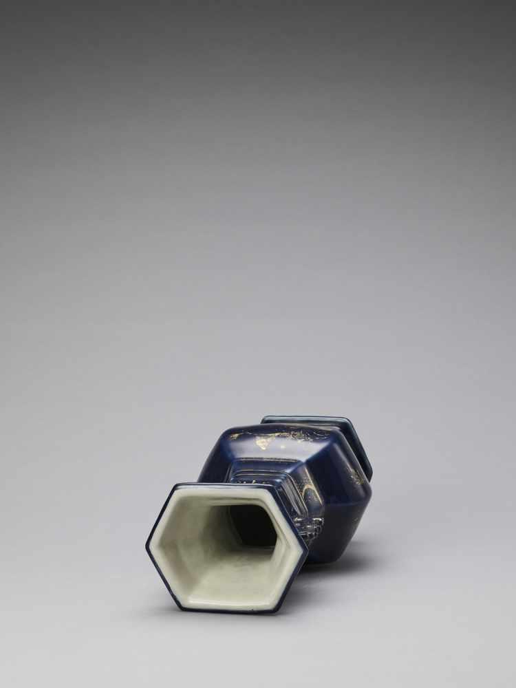 A GILT-DECORATED POWDER-BLUE GLAZED BALUSTER VASE, KANGXI - Bild 5 aus 7