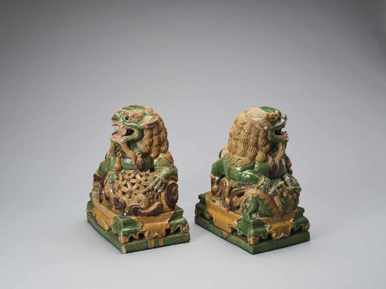 A PAIR OF RETICULATED SANCAI GLAZED POTTERY BUDDHIST LIONS, LATE MING TO EARLIER QING - Bild 6 aus 8