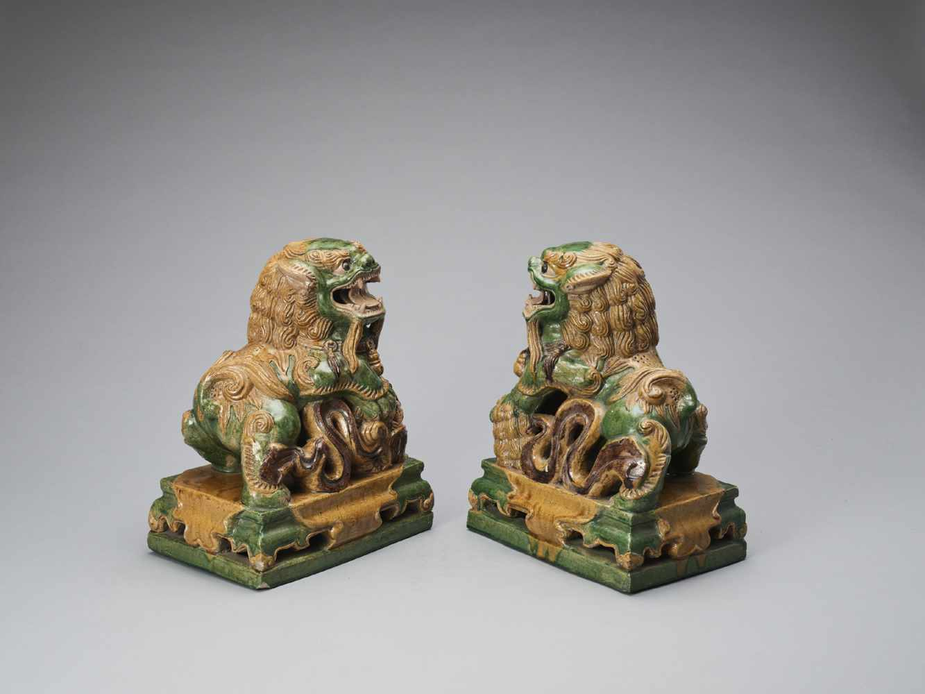 A PAIR OF RETICULATED SANCAI GLAZED POTTERY BUDDHIST LIONS, LATE MING TO EARLIER QING - Bild 4 aus 8