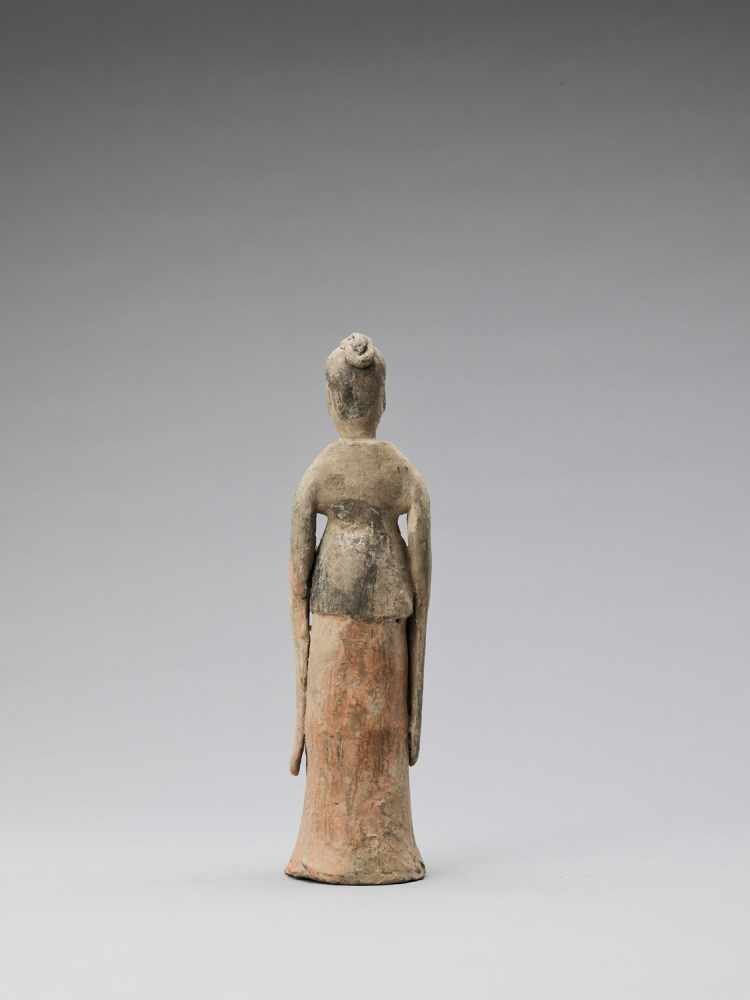 A TL-TESTED TERRACOTTA FIGURE OF A COURT LADY, TANG - Bild 4 aus 6