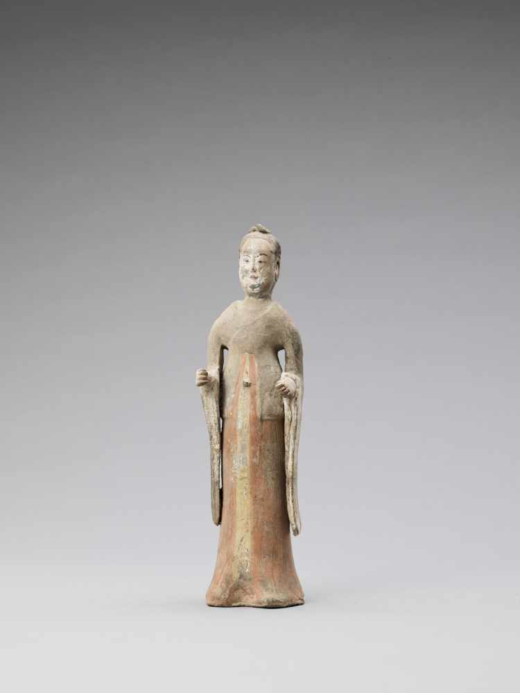 A TL-TESTED TERRACOTTA FIGURE OF A COURT LADY, TANG - Bild 2 aus 6