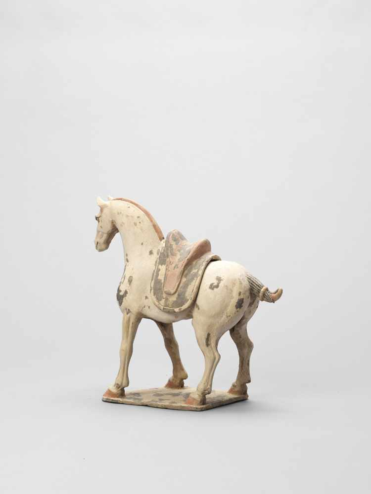 A TL-TESTED TERRACOTTA MODEL OF A HORSE, EARLY TANG - Bild 4 aus 6
