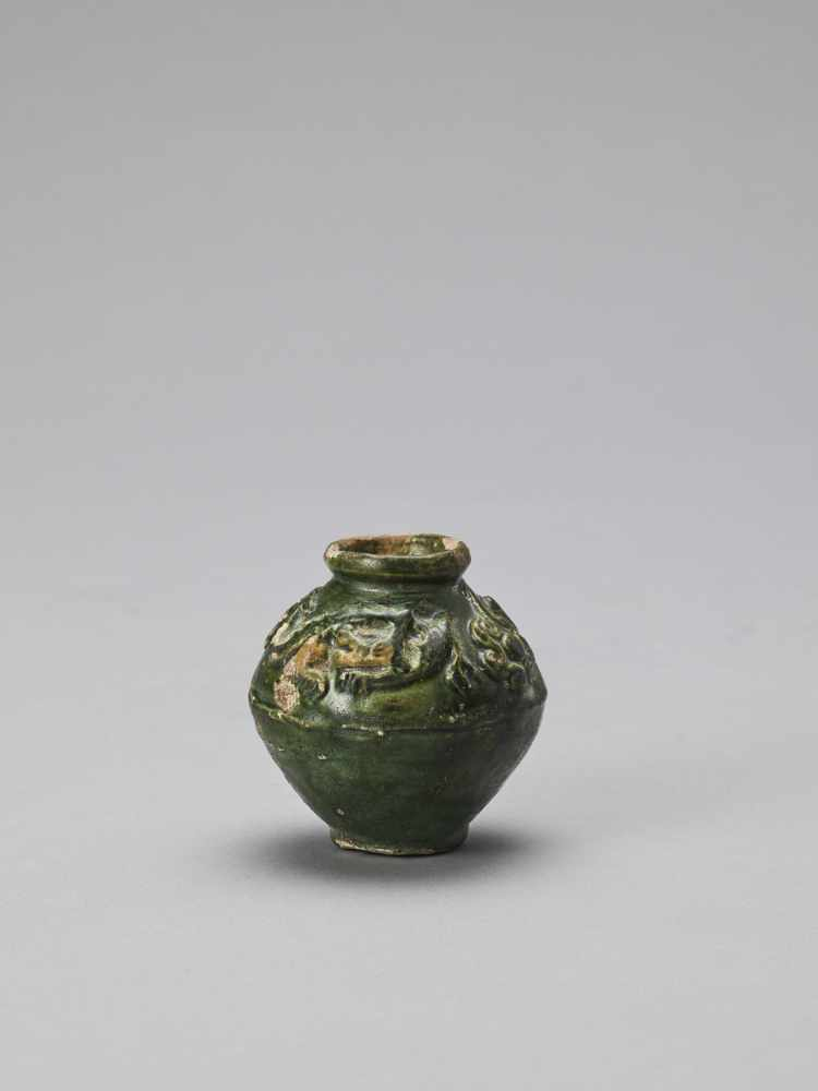 AN EMERALD GREEN-GLAZED CERAMIC MINIATURE URN, TANG - Bild 4 aus 6