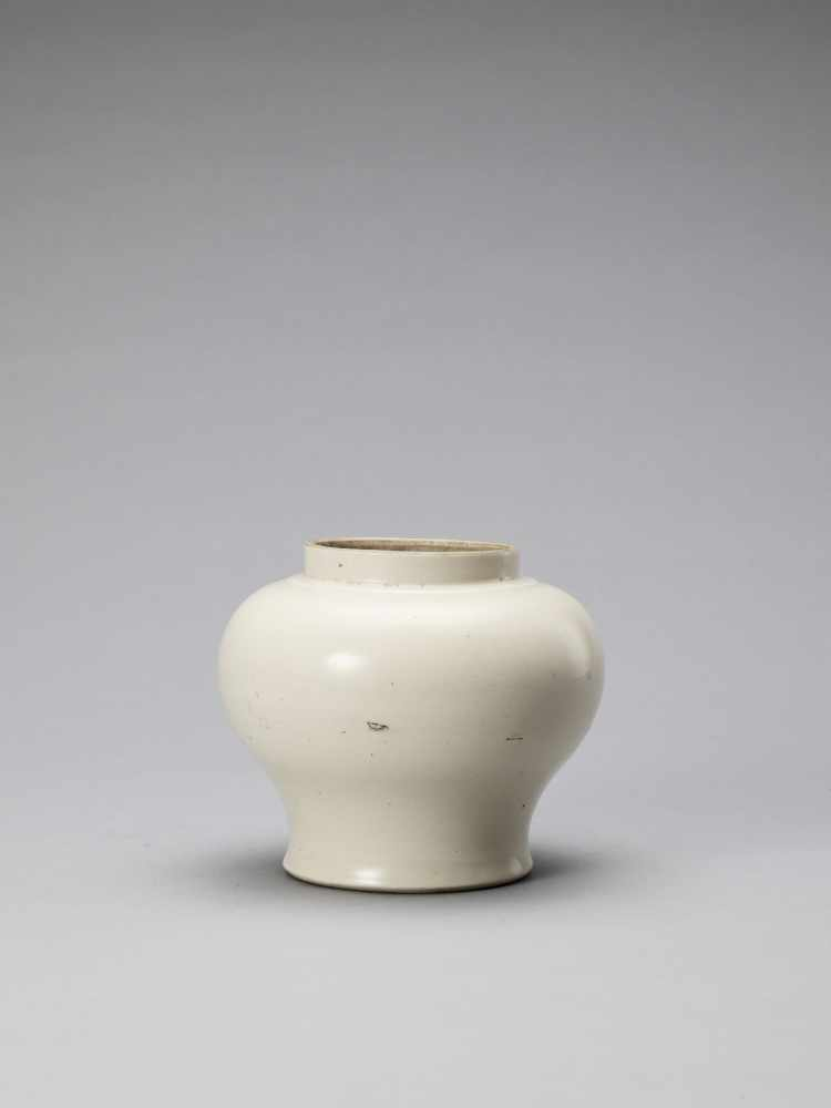 A WHITE GLAZED DEHUA PORCELAIN JAR, MING - Bild 3 aus 6