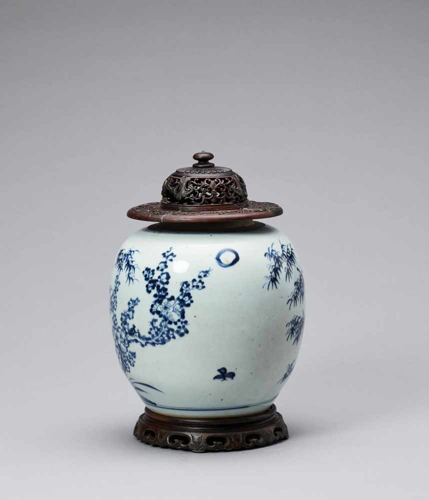 A BLUE AND WHITE GLAZED PORCELAIN 'THREE FRIENDS OF WINTER' GINGER JAR, KANGXI <br - Bild 3 aus 7
