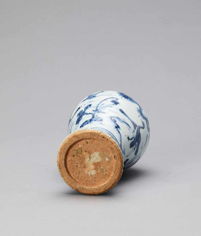 A BLUE AND WHITE GLAZED PORCELAIN MEIPING VASE, LATE MING - Bild 6 aus 6