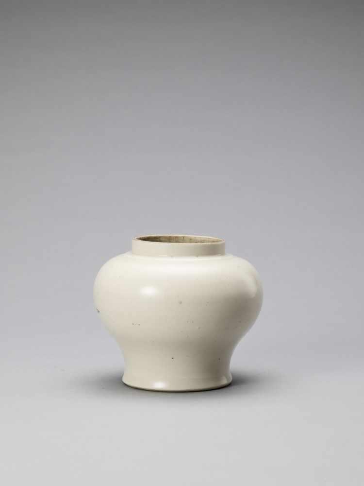 A WHITE GLAZED DEHUA PORCELAIN JAR, MING - Bild 4 aus 6