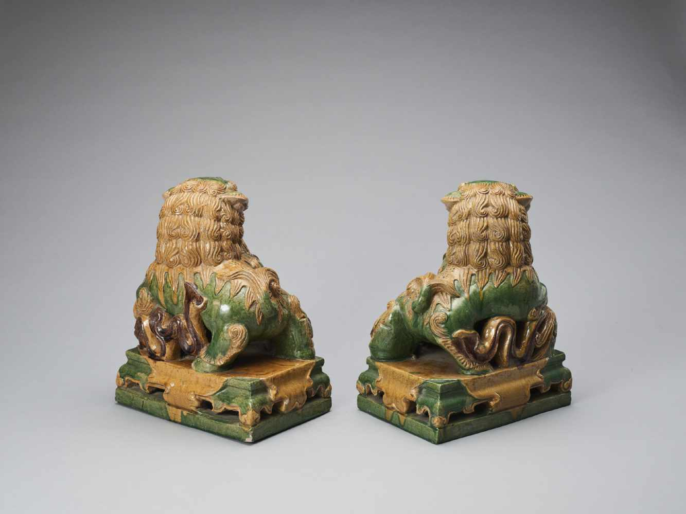 A PAIR OF RETICULATED SANCAI GLAZED POTTERY BUDDHIST LIONS, LATE MING TO EARLIER QING - Bild 5 aus 8