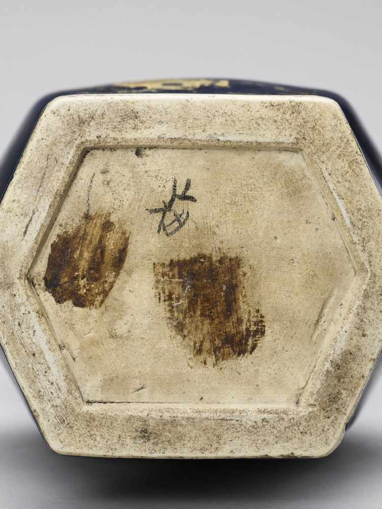 A GILT-DECORATED POWDER-BLUE GLAZED BALUSTER VASE, KANGXI - Bild 7 aus 7