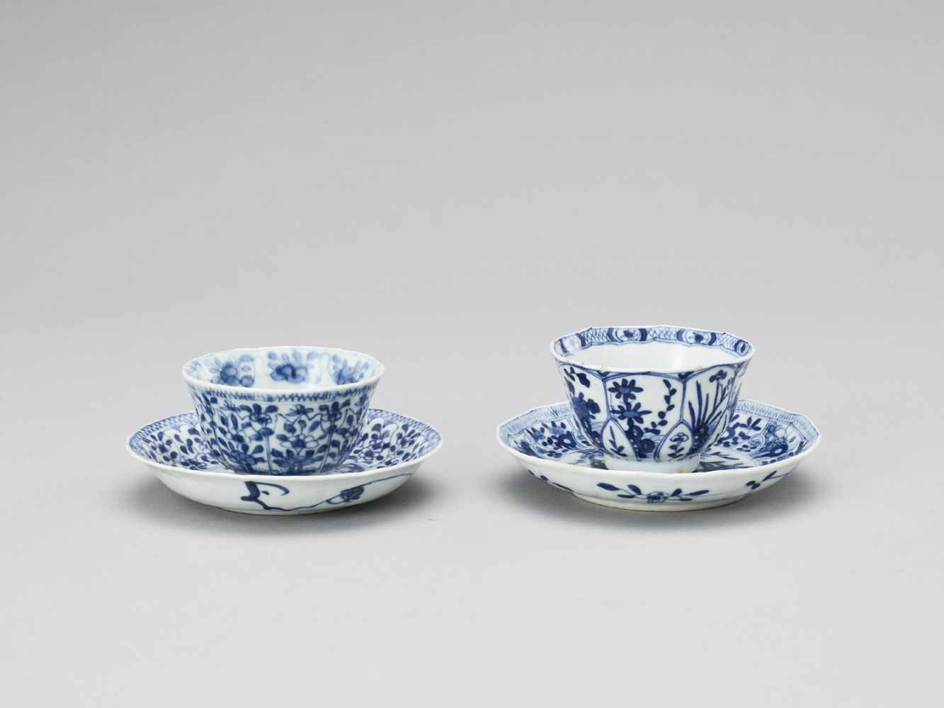 A PAIR OF BLUE AND WHITE PORCELAIN CUPS WITH MATCHING PLATES, KANGXI - Bild 3 aus 9