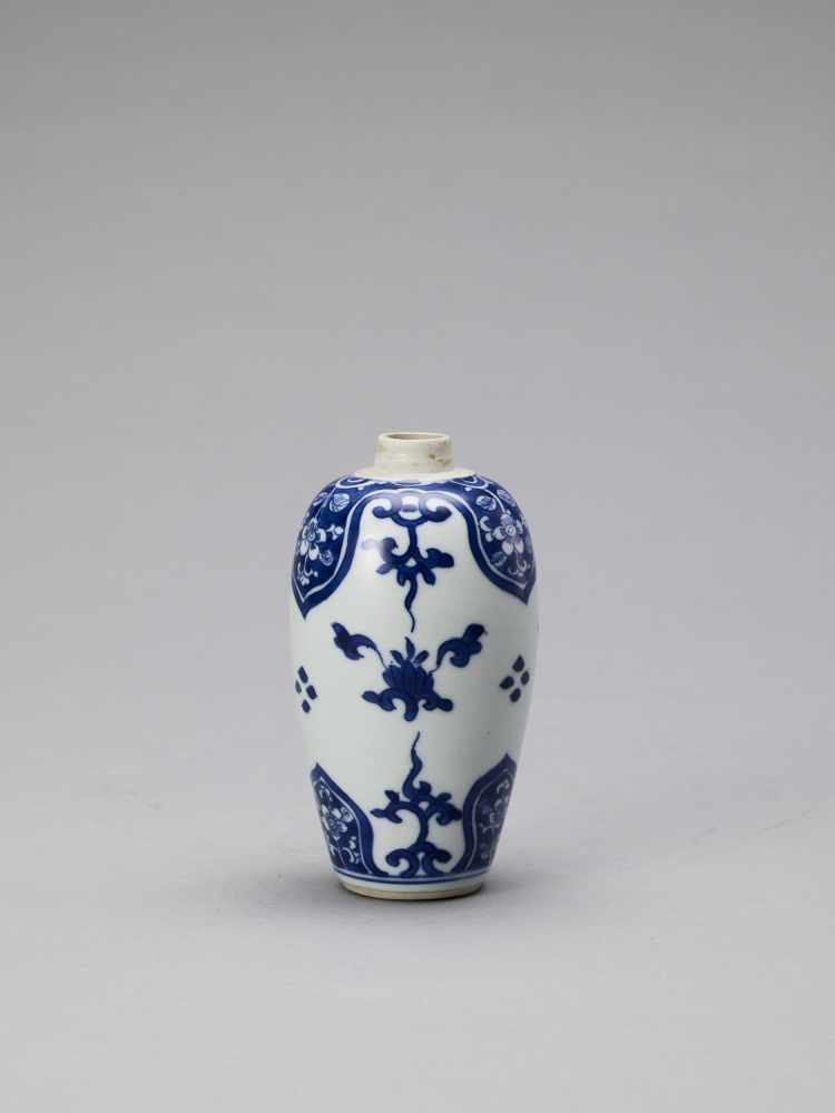 A BLUE AND WHITE PORCELAIN BALUSTER VASE, KANGXI - Bild 3 aus 6