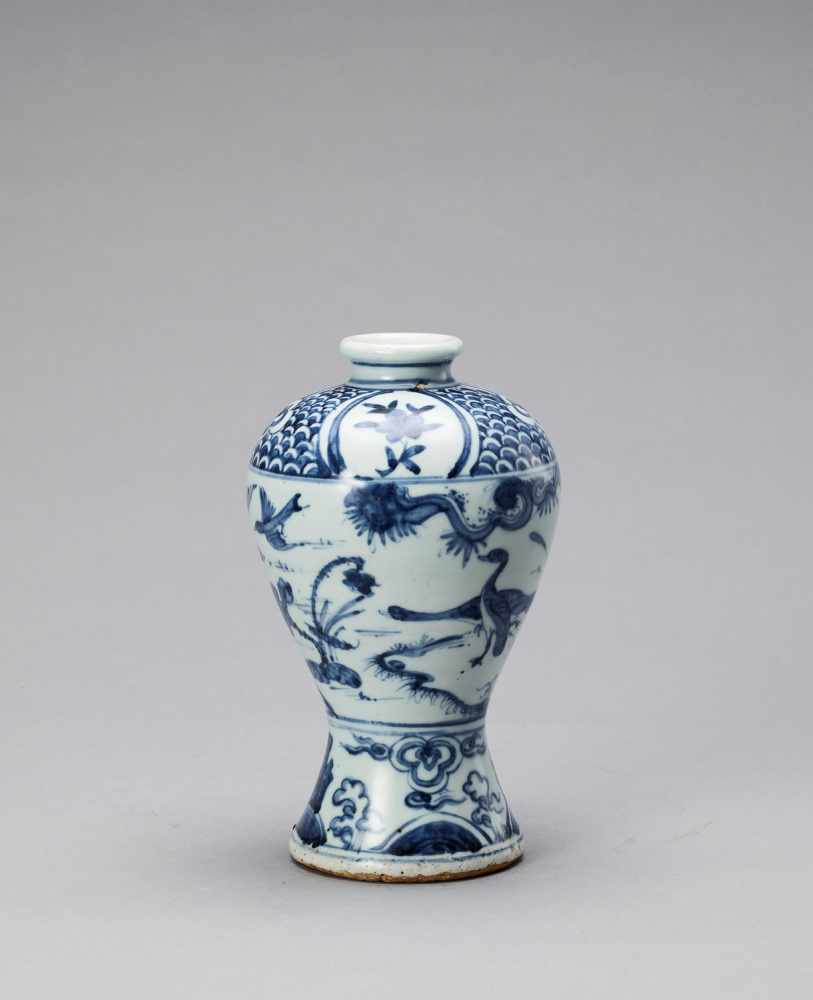 A BLUE AND WHITE GLAZED PORCELAIN MEIPING VASE, LATE MING - Bild 2 aus 6