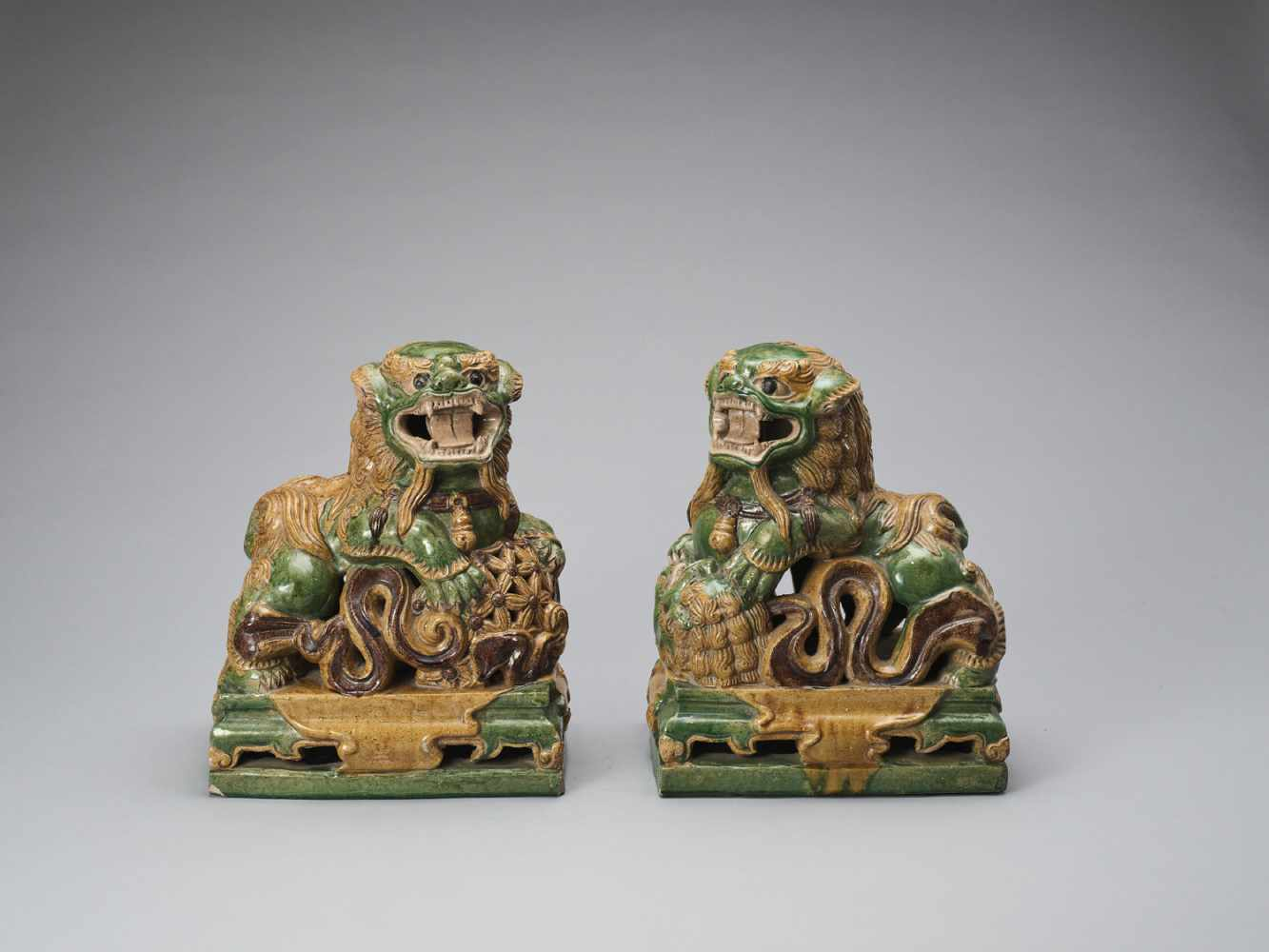 A PAIR OF RETICULATED SANCAI GLAZED POTTERY BUDDHIST LIONS, LATE MING TO EARLIER QING - Bild 3 aus 8