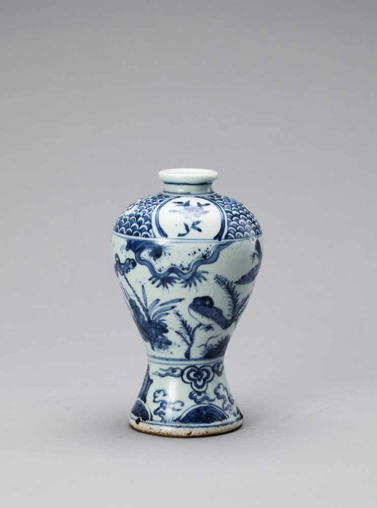 A BLUE AND WHITE GLAZED PORCELAIN MEIPING VASE, LATE MING - Bild 4 aus 6