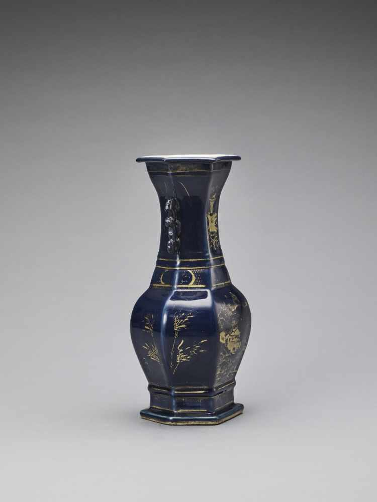 A GILT-DECORATED POWDER-BLUE GLAZED BALUSTER VASE, KANGXI - Bild 4 aus 7