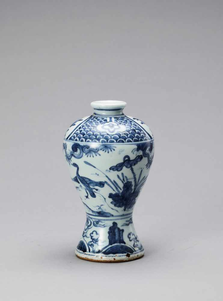 A BLUE AND WHITE GLAZED PORCELAIN MEIPING VASE, LATE MING - Bild 3 aus 6