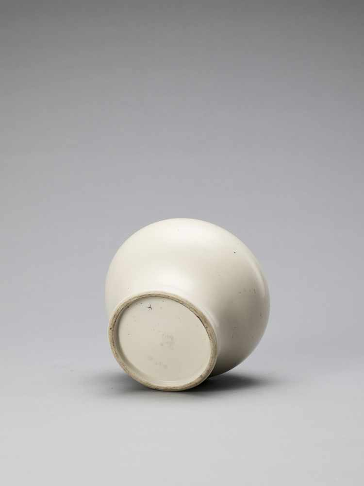 A WHITE GLAZED DEHUA PORCELAIN JAR, MING - Bild 6 aus 6