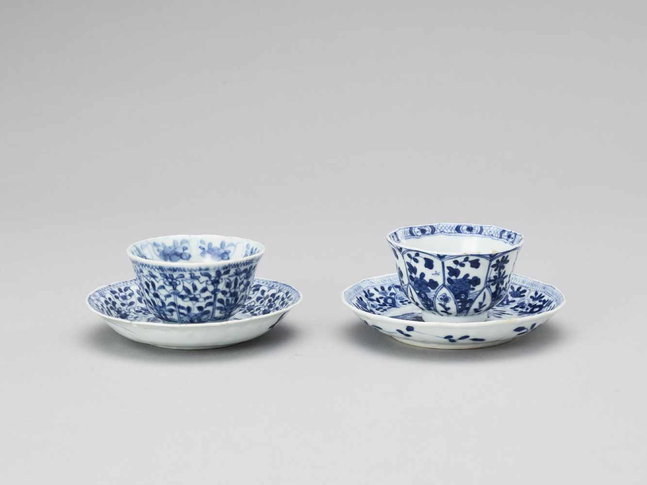 A PAIR OF BLUE AND WHITE PORCELAIN CUPS WITH MATCHING PLATES, KANGXI - Bild 2 aus 9