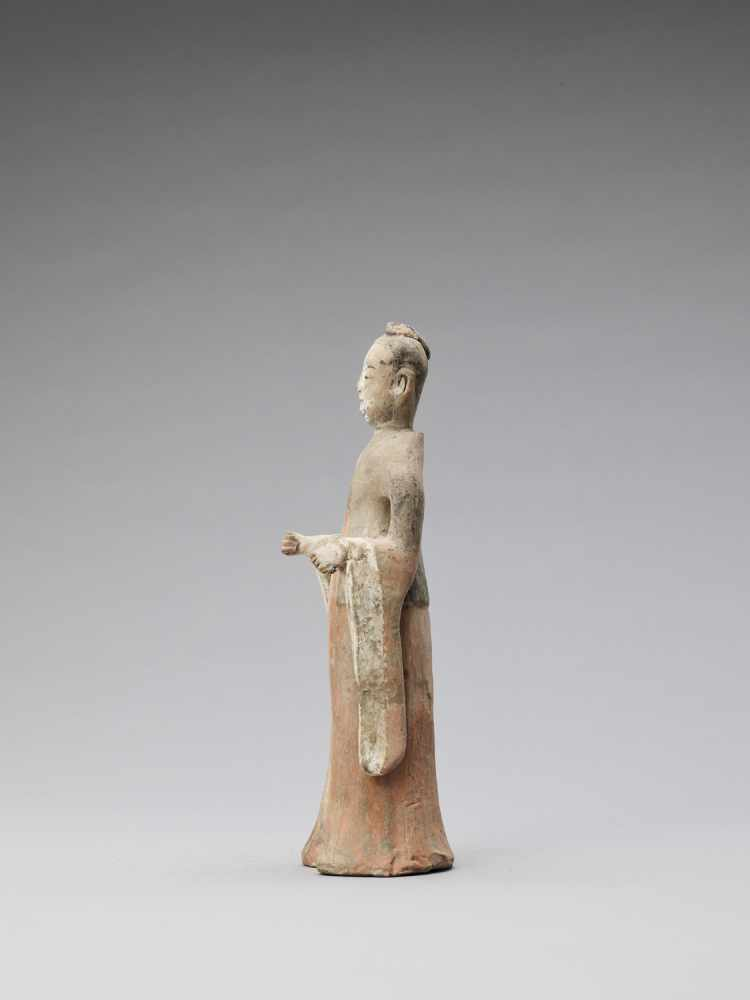 A TL-TESTED TERRACOTTA FIGURE OF A COURT LADY, TANG - Bild 3 aus 6