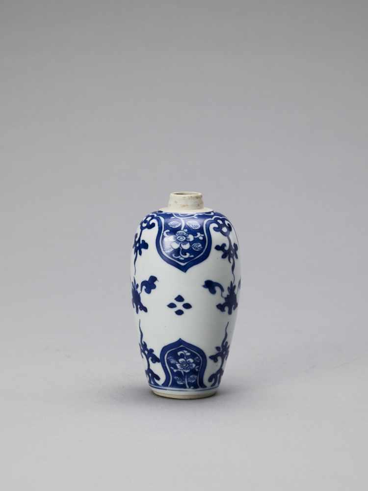 A BLUE AND WHITE PORCELAIN BALUSTER VASE, KANGXI - Bild 4 aus 6