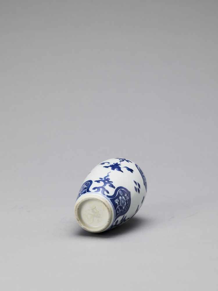 A BLUE AND WHITE PORCELAIN BALUSTER VASE, KANGXI - Bild 6 aus 6