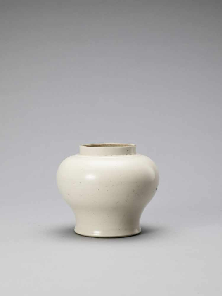 A WHITE GLAZED DEHUA PORCELAIN JAR, MING - Bild 2 aus 6