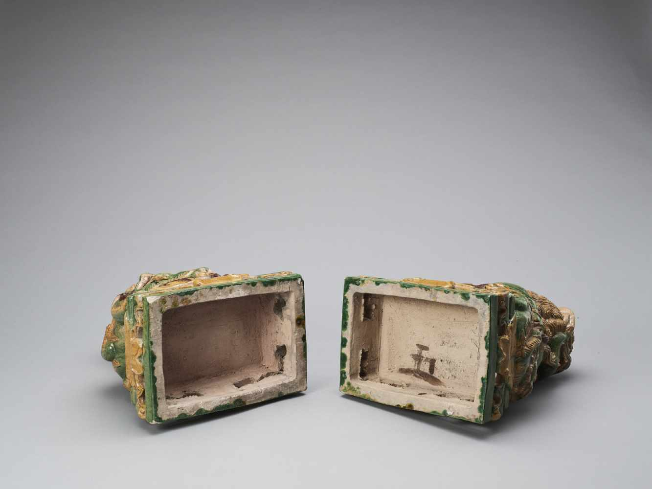 A PAIR OF RETICULATED SANCAI GLAZED POTTERY BUDDHIST LIONS, LATE MING TO EARLIER QING - Bild 7 aus 8