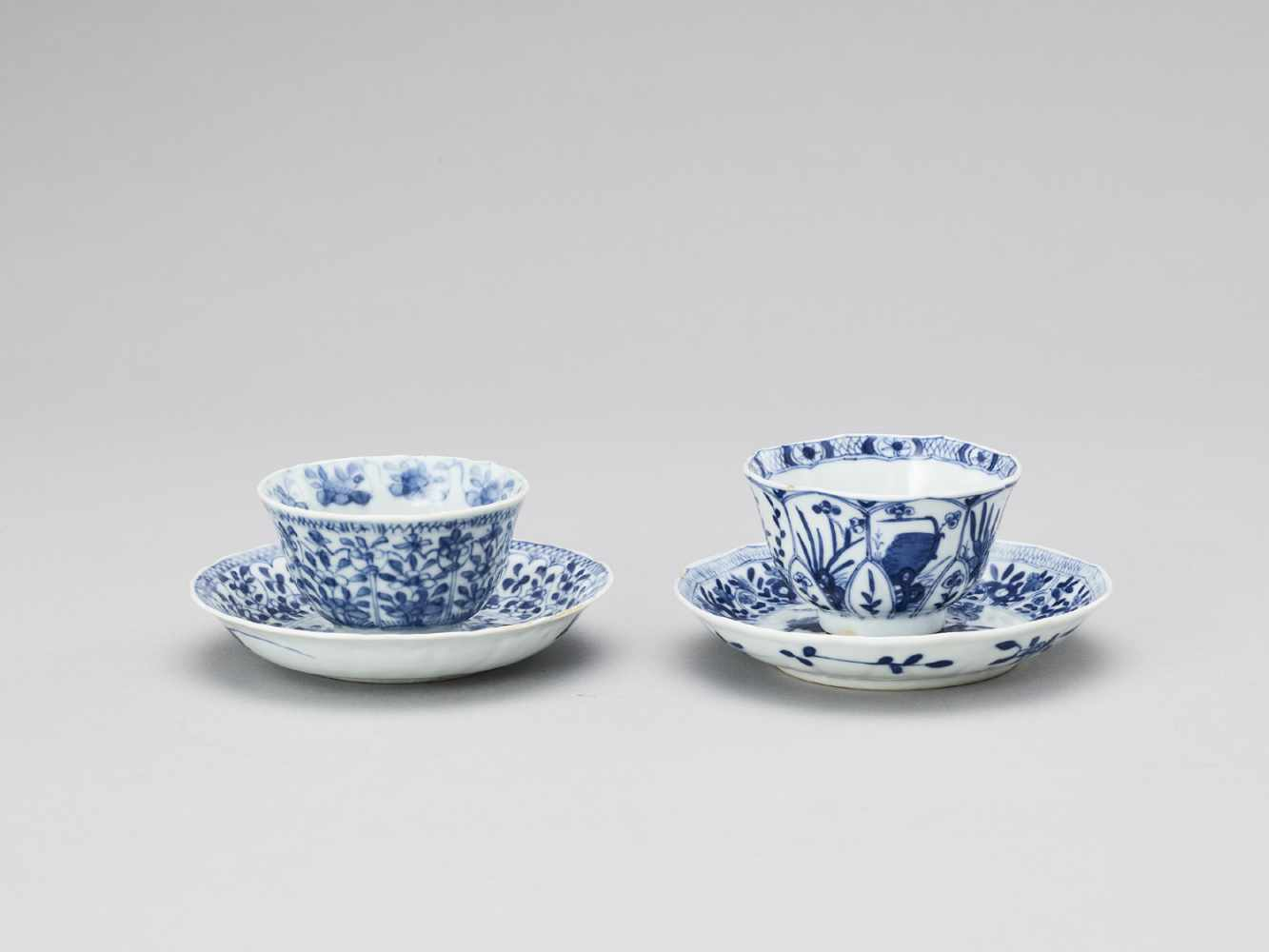 A PAIR OF BLUE AND WHITE PORCELAIN CUPS WITH MATCHING PLATES, KANGXI - Bild 4 aus 9