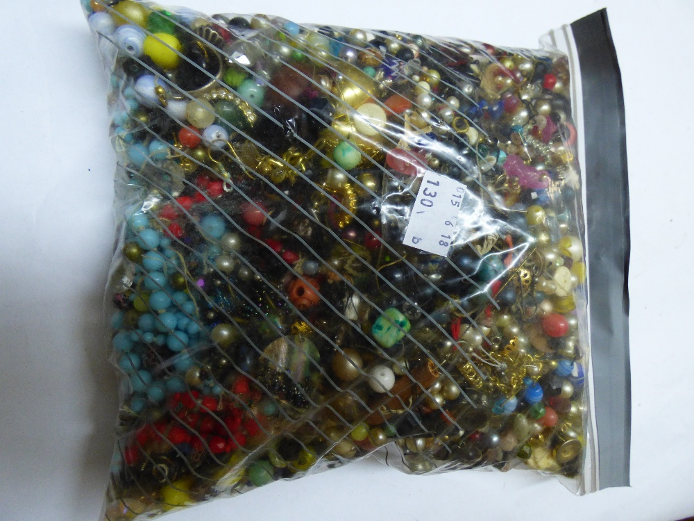 Lot 42 - QUANTITY OF LOOSE BEADS