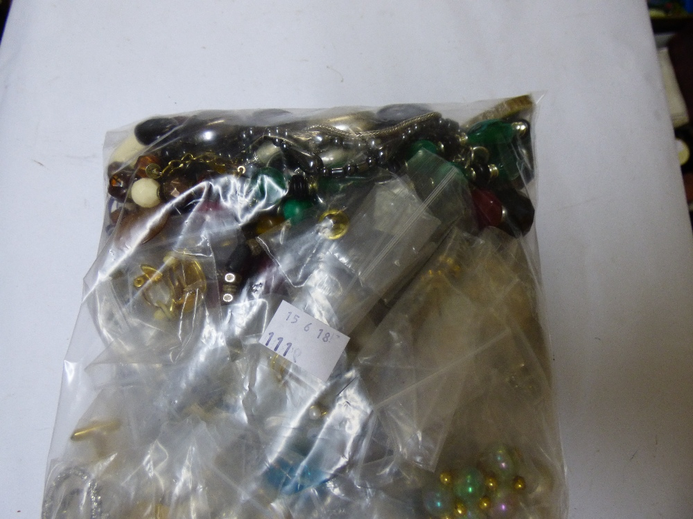 Lot 33 - QUANTITY OF COSTUME JEWELLERY