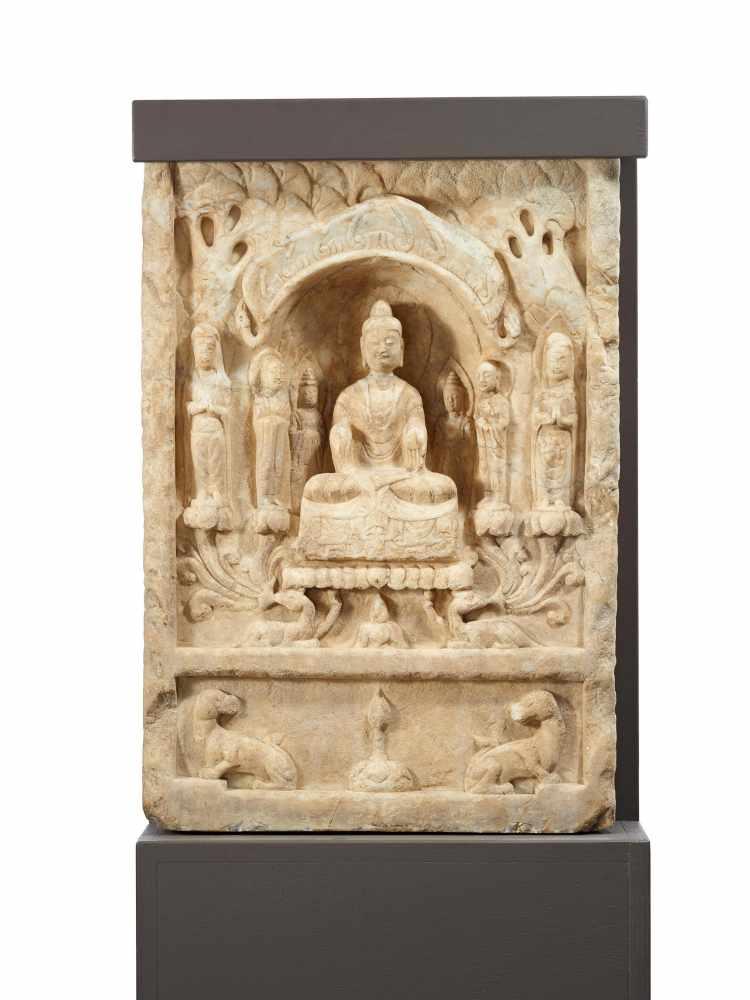 Los 2041 - STELE MIT BUDDHA, BODHISATTVA UND MÖNCHEN. China. Nördliche und südliche Dynastien (420-581). 6. Jh.