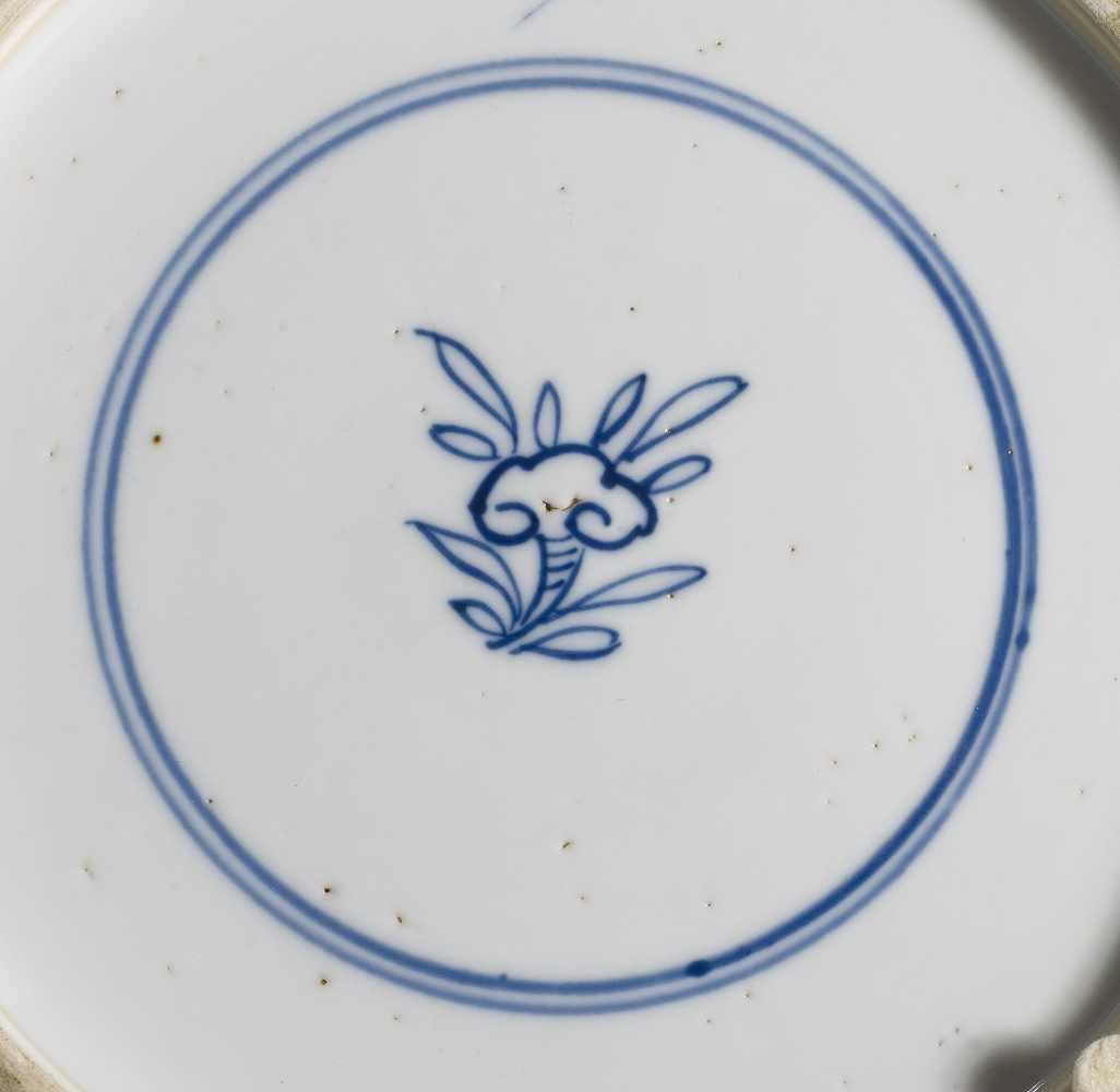 Lot 2018 - FÜNFTEILIGE BLAU-WEIßE VASEN-GARNITUR. China. Qing-Dynastie. Kangxi-Periode (1661-1722).