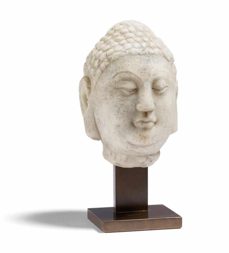 Los 2045 - SEHR FEINER MARMOR-KOPF EINES BUDDHA. China. Tang-Dynastie. 8. Jh. Weißer Marmor mit silbergrauer