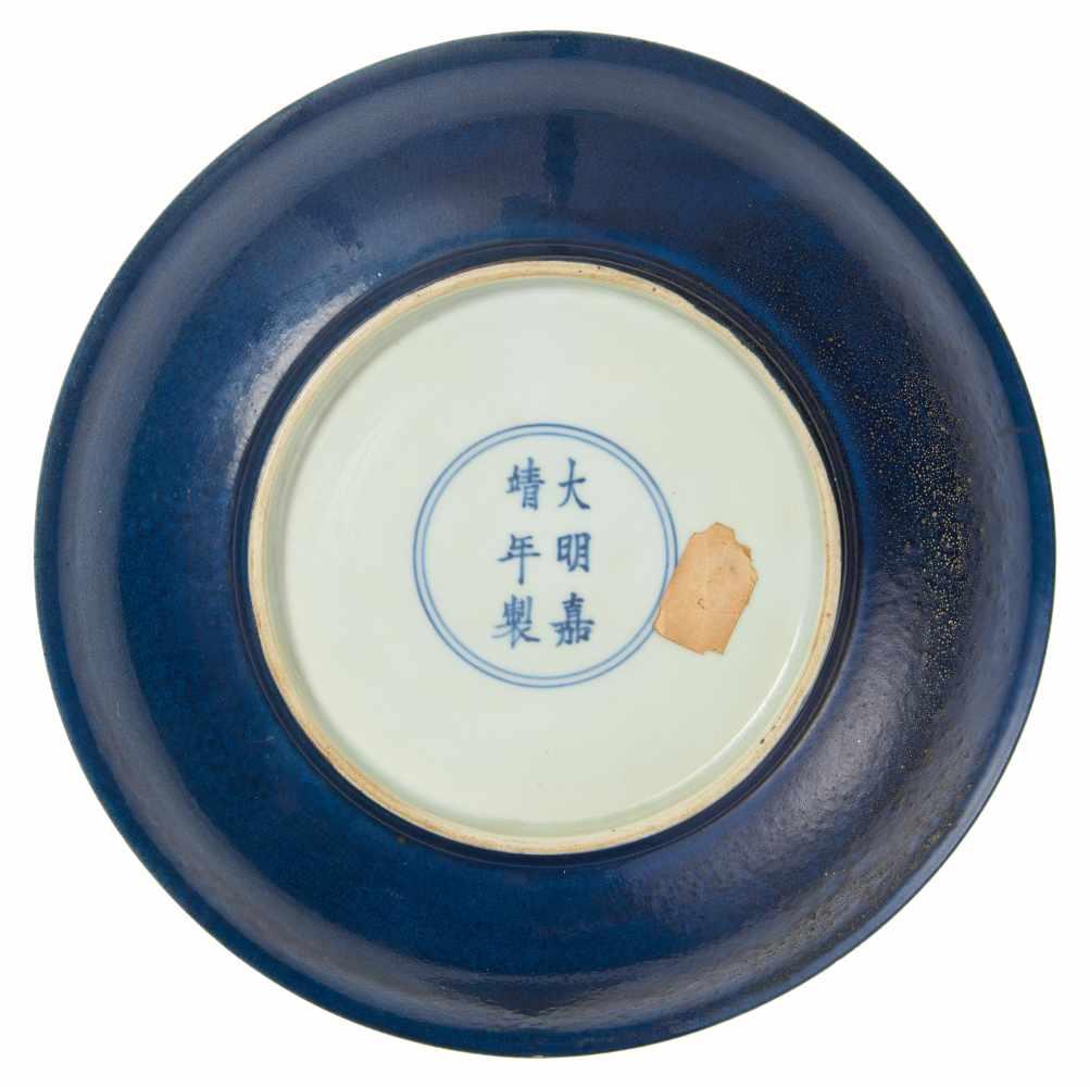 Lot 2005 - SELTENER OPFERBLAUER TELLER FÜR DEN ALTAR DES HIMMELS. China. Ming-Dynastie. Jiajing-Zeit (1521-