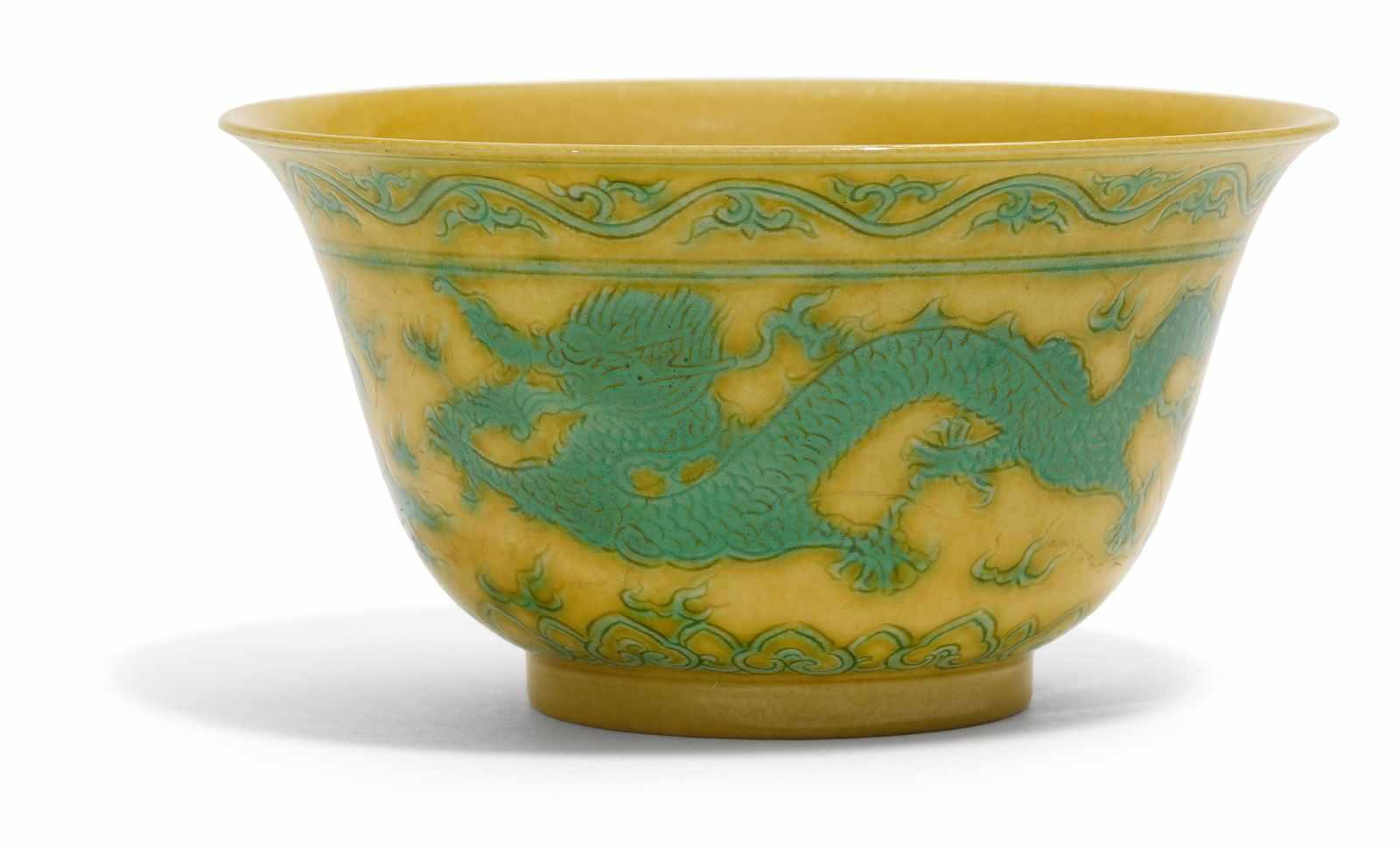 Los 2026 - DRACHENSCHALE. China. Qing-Dynastie (1644-1911). 19. Jh. Porzellan, innen und außen gelb glasiert,