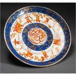 LARGE DECORATIVE PLATE Imari porcelain with blue underglaze, iron red and gold. Japan, MeijiIn the