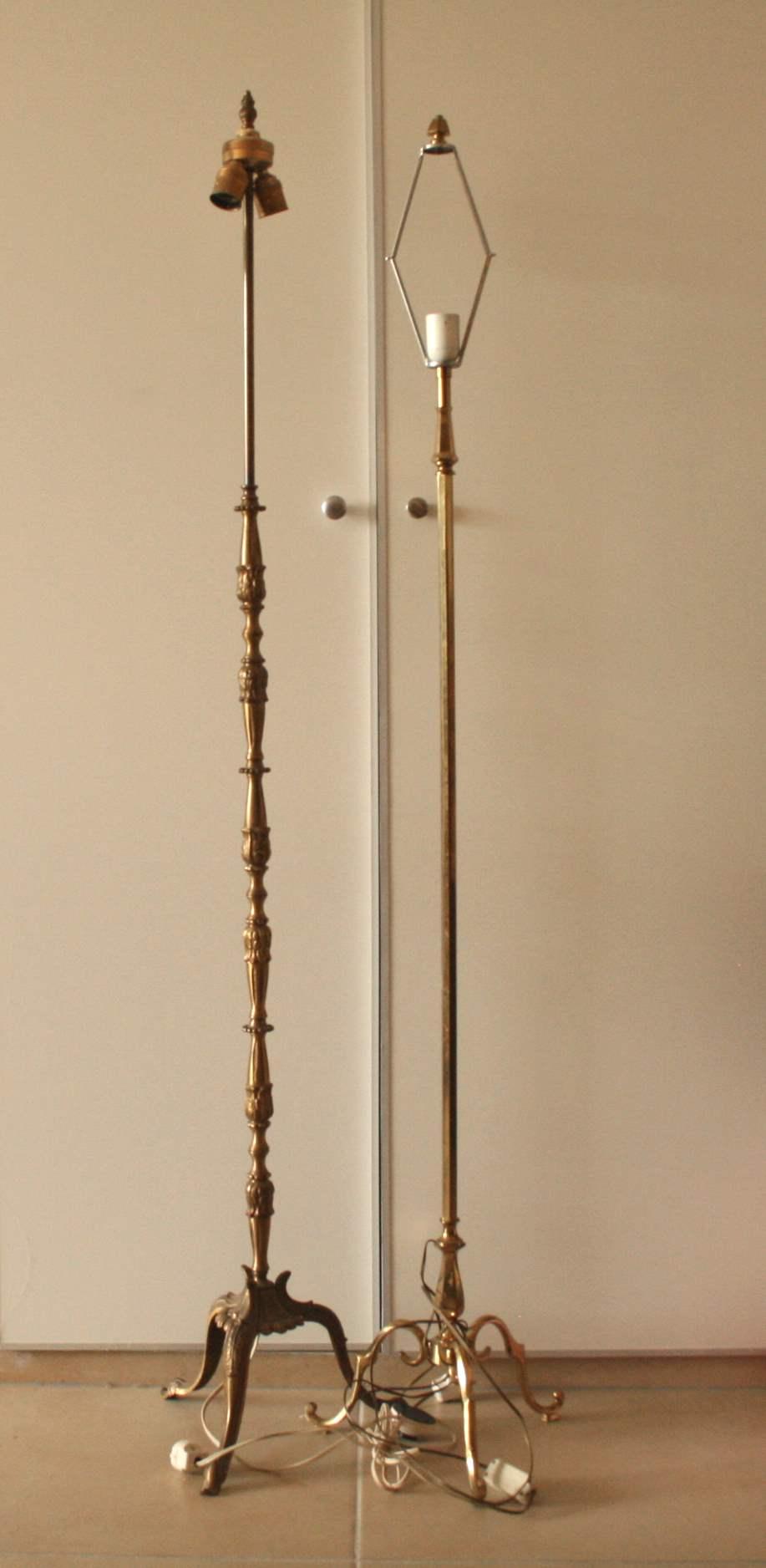 Lot 232 - Ensemble de 2 lampadaires tripodes, l'un en bronze sculpté à 2 feux (hauteur : 170 [...]