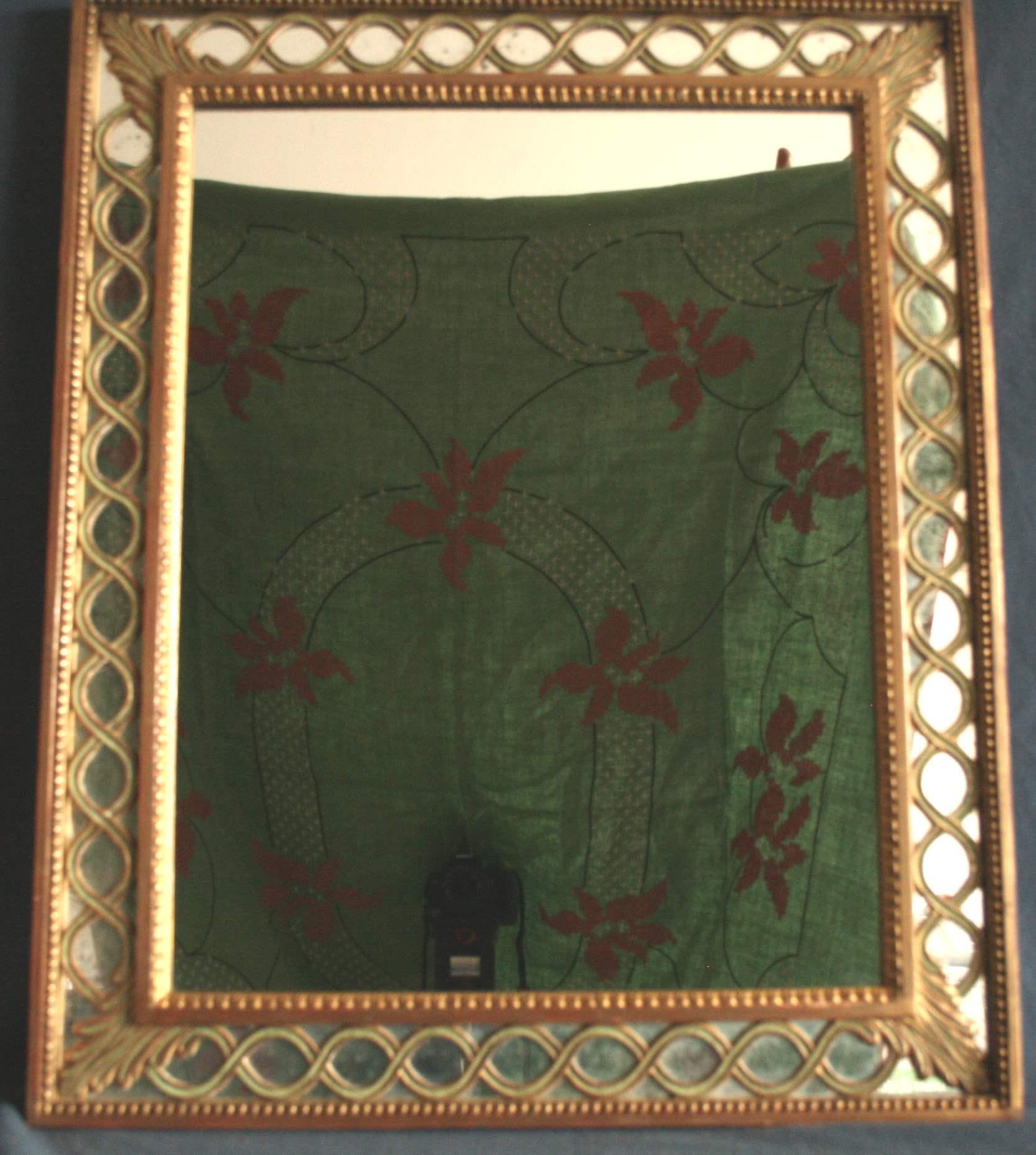 Lot 242 - Miroir en bois doré et laque verte - Dimensions : 81 x 66 cm - - Mirror in gilded [...]