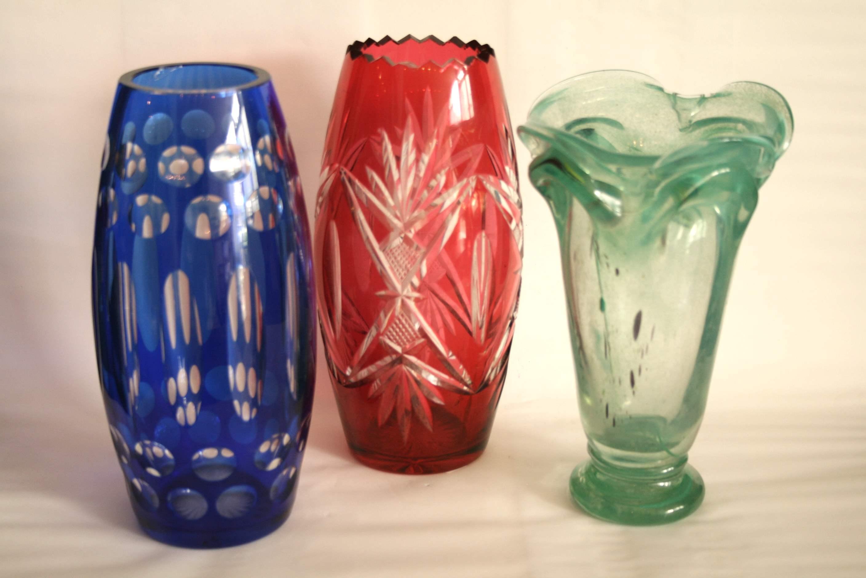 Lot 258 - Ensemble de 3 vases : vase en cristal taillé bleu (égrenure à l'intérieur du col) [...]